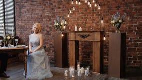 Huwelijk decor serving kunstwerk Panschot van bruid en bruidegom in een kostuumzitting bij gediende lijst aangaande de achtergron stock videobeelden