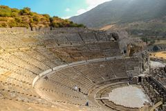 Huwelijk die in Grieks amfitheater Ephesus schieten stock afbeeldingen