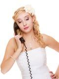 Huwelijk Droevige vrouwen ongelukkige bruid die op telefoon spreken Stock Afbeeldingen
