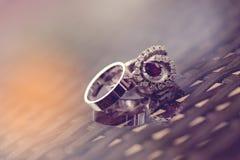 Huwelijk en verlovingsringen Stock Afbeeldingen