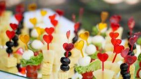 Huwelijk, feestelijke ontvangst, canapes op een buffet van snacks stock video