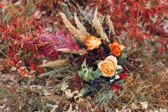 Huwelijk floristry in een gele de herfstweide stock fotografie