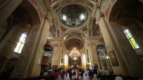 Huwelijk in het Corpus Christi Church, Nesvizh, Wit-Rusland stock footage