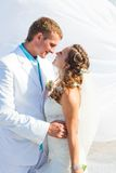 Huwelijk - het gelukkige bruid en bruidegom kussen Stock Foto's