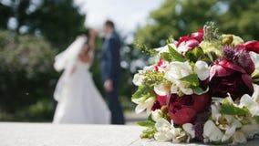 Huwelijk - jong paar danst in park - bruidegom en bruid stock videobeelden