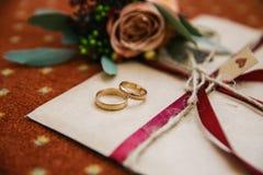 Huwelijk - l etter - ringen stock fotografie