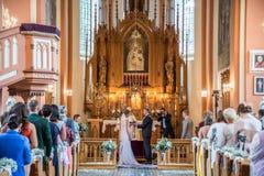 Huwelijk in Litouwse kerk royalty-vrije stock fotografie