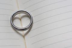 Huwelijk Ring Band op Boek met de Dichte Omhooggaande Hoekige Mening van de Hartschaduw royalty-vrije stock foto's