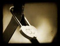 Huwelijk scharnierend slot met harten. stock afbeelding