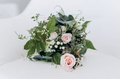 Huwelijks asymmetrisch modieus boeket met purpere rozen en ringen royalty-vrije stock afbeelding