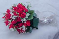 Huwelijks bruids boeket van rode rozen op een witte deken Stock Foto's