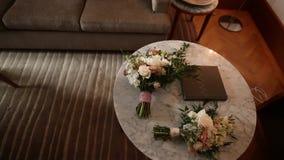 Huwelijks bruids boeket van rozen, lisianthus, lavendel, Gypsophil stock video