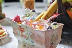 Huwelijks decoratieve doos met gekleurde suikergoed en lollys Stock Afbeeldingen