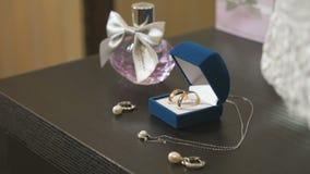 Huwelijks gouden ringen in de blauwe doos Huwelijk stock video