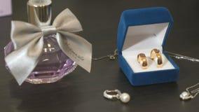Huwelijks gouden ringen in de blauwe doos Huwelijk stock videobeelden