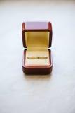 Huwelijks Gouden Ringen in rode doos op Wit Stock Afbeelding