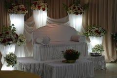 Huwelijks setty die rug met bloemen wordt verfraaid stock afbeeldingen