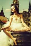 Huwelijks sexy vrouw op houten vat royalty-vrije stock foto's