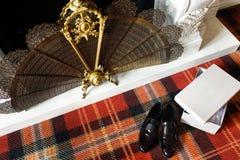 Huwelijks zwarte schoenen en witte doos op de kleurrijke vloer royalty-vrije stock foto's