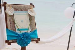 Huwelijksaankondiging op tropisch overzees en strand Stock Afbeeldingen