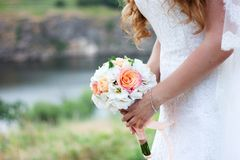 huwelijksachtergrond met exemplaarruimte bruid met boeket van roze en witte bloemen stock afbeeldingen