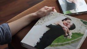 Huwelijksalbum stock videobeelden