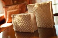 Huwelijksalbums met parels voor wensen van gasten Stock Fotografie