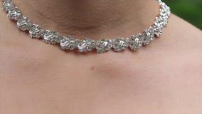 Huwelijksarmband en halsband Vrouw die op juwelenarmband proberen Bruid met schat Vrouw met juwelen Meisje met stock video
