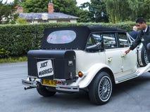 Huwelijksauto bij St Mary's Parochiekerk in Onder- Alderley Cheshire Royalty-vrije Stock Foto's