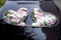 Huwelijksauto met Bloemen in de vorm van twee harten wordt verfraaid dat Stock Foto's