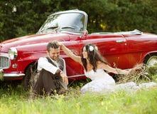 Huwelijksauto met bruid en bruidegom Stock Foto's