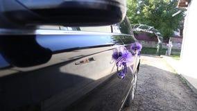 Huwelijksauto met mooi huwelijksdecor wordt verfraaid op de deurhandvatten dat stock footage
