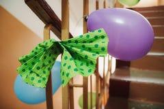 Huwelijksballons op de omheining Royalty-vrije Stock Foto