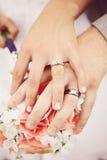 Huwelijksbloemen en handen stock fotografie