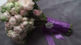Huwelijksbloemen op bed stock video