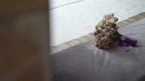 Huwelijksbloemen op bed stock videobeelden