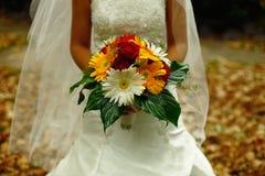 Huwelijksbloemen op de Hand van de Bruid stock foto's