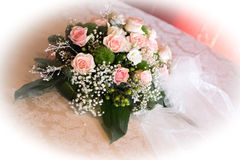 Huwelijksbloemen op lijst Royalty-vrije Stock Foto