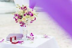 Huwelijksbloemen op strand/huwelijkstrefpuntbloemen Stock Fotografie