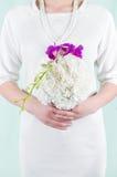 Huwelijksboeket door de bruid wordt gehouden die stock foto