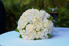 Huwelijksboeket en glas Rode Wijn Stock Afbeeldingen