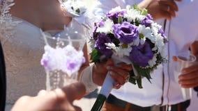 Huwelijksboeket in handen van de bruid stock video