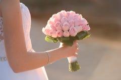 Huwelijksboeket in handen van de bruid Stock Afbeeldingen