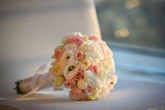 Huwelijksboeket in handen van de bruid Stock Foto