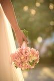 Huwelijksboeket in handen van de bruid Royalty-vrije Stock Afbeeldingen