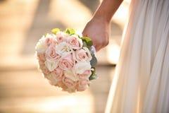 Huwelijksboeket in handen van de bruid Stock Fotografie