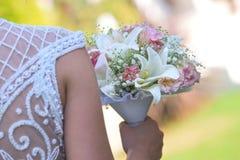 Huwelijksboeket in handen van de bruid Royalty-vrije Stock Afbeelding
