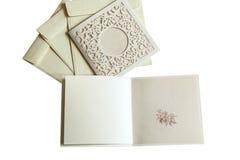 Huwelijksboeket in handen van de bruidegom, huwelijk, echtgenoot, familie Royalty-vrije Stock Foto's