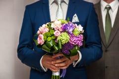 Huwelijksboeket in handen van de bruidegom, huwelijk, echtgenoot, familie Stock Foto's