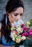 Huwelijksboeket in meisjes` s handen stock afbeelding